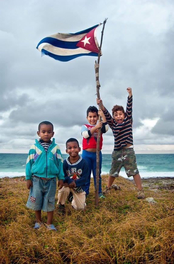 Cubanos, bandera, hermanos, fotografia tomada de Google.